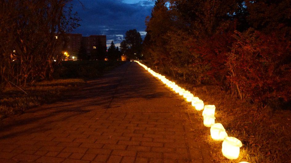 Lichterpfad in der Nordstadt Großräschen - Kerzenlichterreihe im Dunkeln